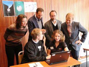 Kristin Skogen Lund får Wikipedia-opplæring sammen med Kronprins Haakon, Jimmy Wales og Heikki Holmås på Wikipedia Academy i 2012. Foto: Erlend Bjørtvedt CC-BY-SA-3.0